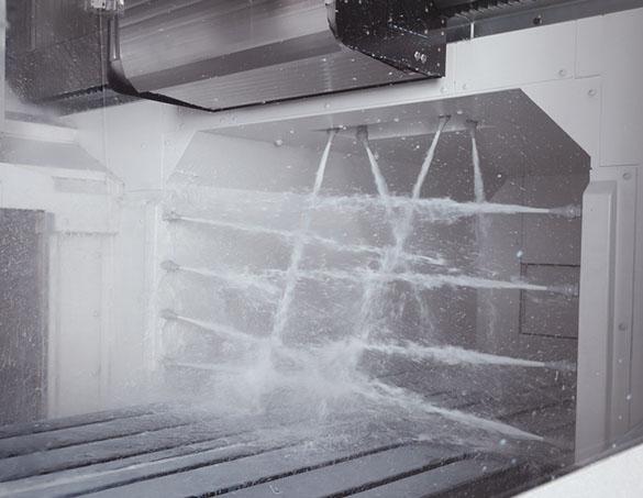 Hệ thống vòi phun chéo giúp quét sạch vụn phoi trên bàn máy